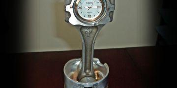 zegarek z tłoku i korbowodu